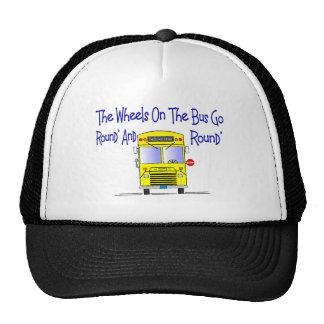 Conductor del autobús las ruedas en el autobús gorras de camionero