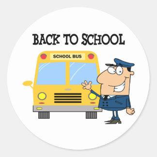 Conductor delante del autobús escolar pegatina redonda