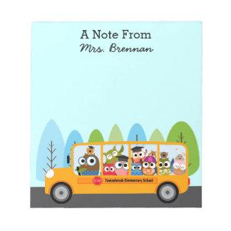 Conductor lindo del autobús escolar del búho blocs