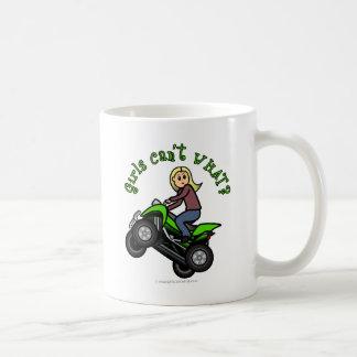 Conductor rubio del coche de cuatro ruedas de la m tazas de café