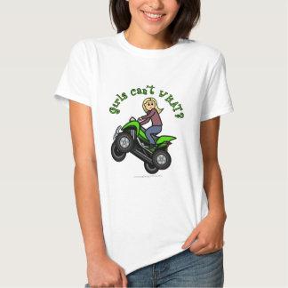 Conductor rubio del coche de cuatro ruedas de la playera