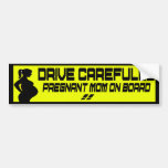 conduzca a la mamá cuidadosamente embarazada a bor etiqueta de parachoque