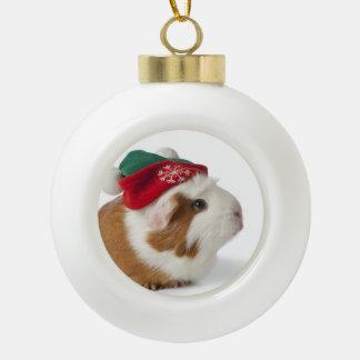 Conejillo de Indias lindo con el gorra del navidad Adorno De Cerámica En Forma De Bola