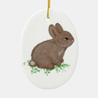 Conejito adorable en trébol adorno navideño ovalado de cerámica