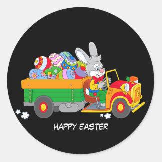 Conejito animado con el camión lleno de huevos pegatina redonda
