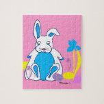 Conejito azul de Pascua con rompecabezas de los hu