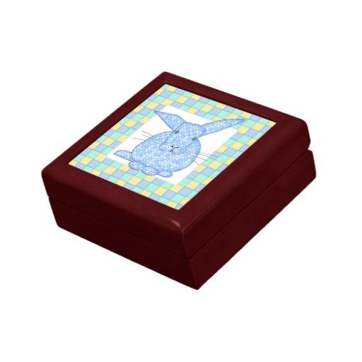 Conejito azul del calicó en el tablero de damas en cajas de recuerdo