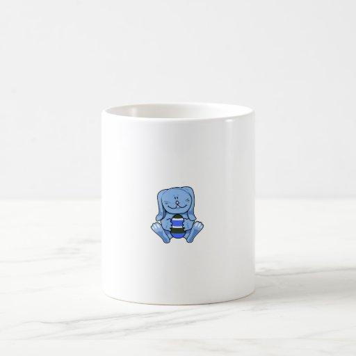 Conejito azul que sostiene egg.png taza básica blanca