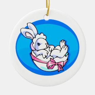 conejito blanco del bebé en el huevo oval.png azul adorno redondo de cerámica
