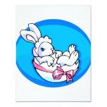 conejito blanco del bebé en el huevo oval.png azul invitaciones personalizada