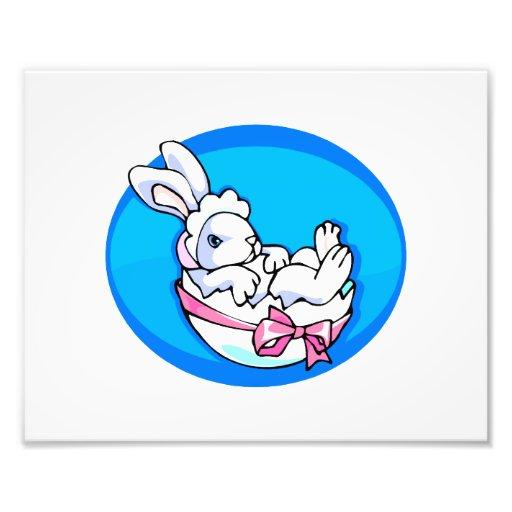 conejito blanco del bebé en el huevo oval.png azul impresiones fotográficas