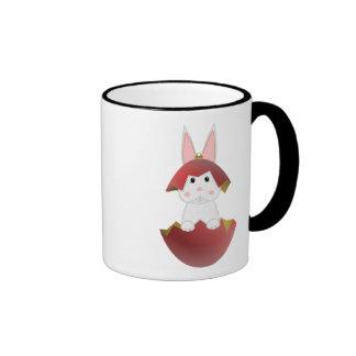 Conejito blanco en un ornamento rojo del navidad tazas