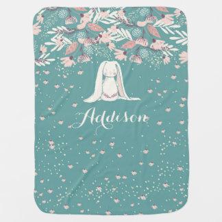 Conejito blanco y nombre de encargo de las flores mantitas para bebé