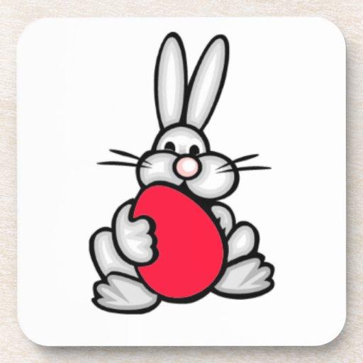 Conejito con el huevo del rojo del escarlata posavasos de bebidas