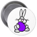 Conejito con el huevo púrpura violeta pin