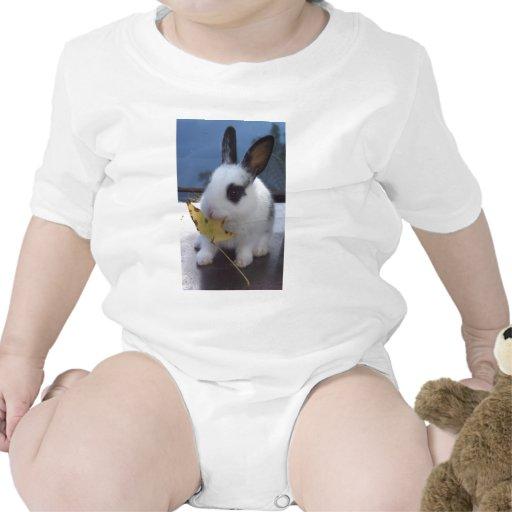 Conejito con la hoja camisetas