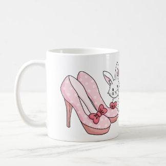 Conejito con los zapatos rosados taza de café