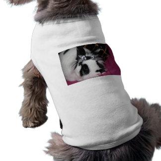 Conejito con ropa del mascota del arco playera sin mangas para perro