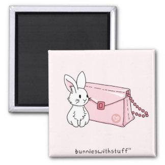 Conejito con un monedero rosado imán cuadrado