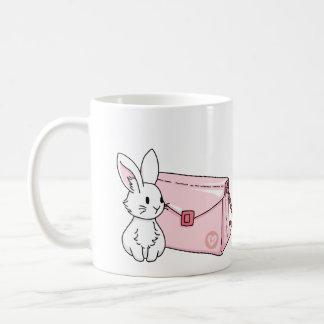 Conejito con un monedero rosado taza de café