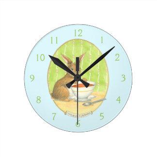 Conejito de Brown con la taza de café Reloj Redondo Mediano