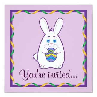 Conejito de la invitación de Pascua que sostiene
