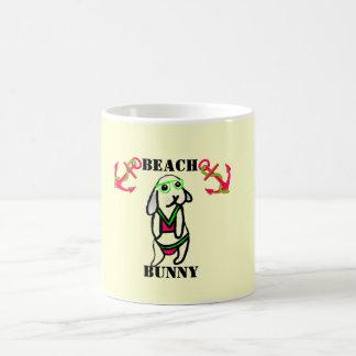 Conejito de la playa taza básica blanca