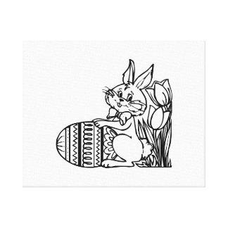 Conejito de pascua con el huevo