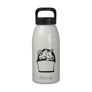 Conejito de pascua con la cesta botella de agua