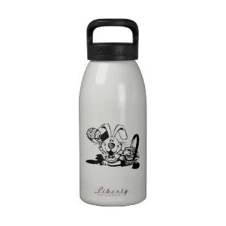 Conejito de pascua con la cesta botellas de agua reutilizables