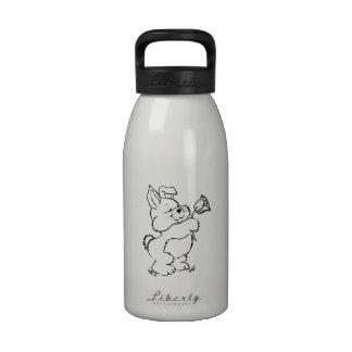 Conejito de pascua con la flor botella de agua