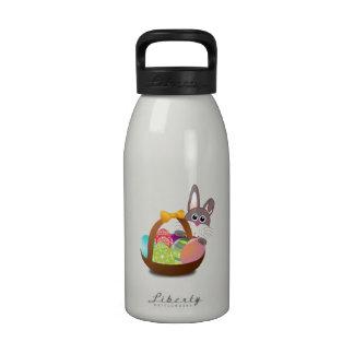 Conejito de pascua con los huevos botella de agua