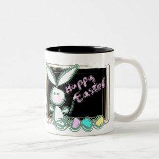 Conejito de pascua con los huevos y la pizarra tazas de café