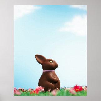 Conejito de pascua del chocolate entre las flores  posters
