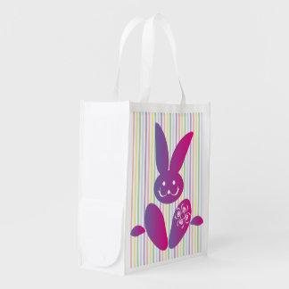 Conejito de pascua divertido en rayas bolsas de la compra