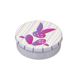 Conejito de pascua divertido en rayas latas de dulces