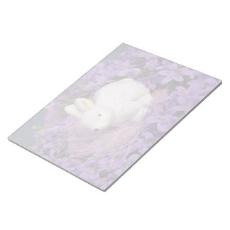 Conejito de pascua en flores púrpuras blocs de papel