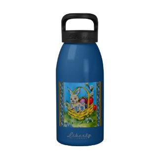 Conejito de pascua en una cesta botellas de agua reutilizables