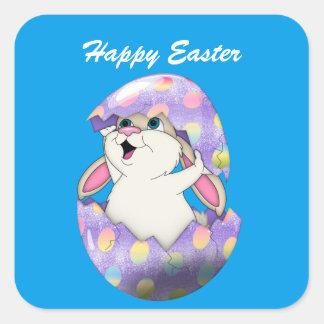 Conejito de pascua feliz y huevo coloreado pegatina cuadrada
