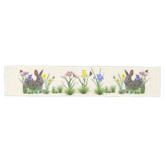 Conejito de pascua, huevos, y flores de la camino de mesa mediano
