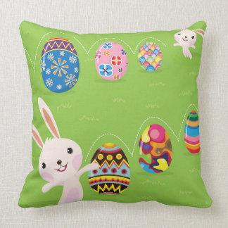 Conejito de pascua juguetón con los huevos pintado almohadas
