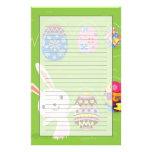 Conejito de pascua juguetón con los huevos pintado  papeleria de diseño