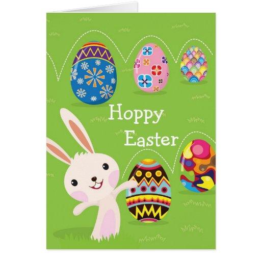 Conejito de pascua juguetón con los huevos pintado tarjeta de felicitación