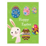 Conejito de pascua juguetón con los huevos pintado tarjetas postales