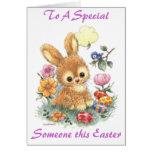 Conejito de pascua lindo con las flores y los huev tarjetas