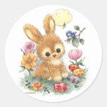 Conejito de pascua lindo con las flores y los pegatinas redondas