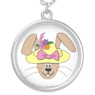 Conejito de pascua lindo del dibujo animado en un  colgantes personalizados