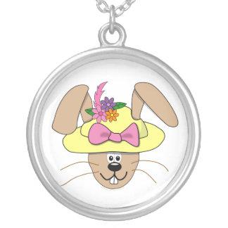 Conejito de pascua lindo del dibujo animado en un collar plateado