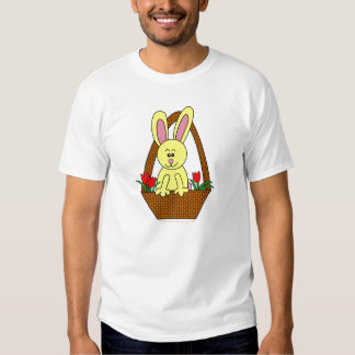Conejito de pascua lindo del dibujo animado en una remera