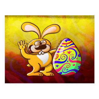 Conejito de pascua orgulloso de su huevo adornado postal